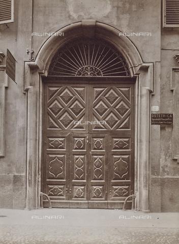 FVQ-F-000731-0000 - Portone di un palazzo di Torino con la targa di una Ostetrica - Data dello scatto: 1927 - Raccolte Museali Fratelli Alinari (RMFA), Firenze