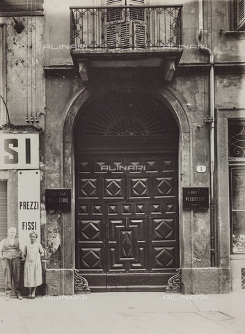 FVQ-F-000734-0000 - Portone di un palazzo di Torino con la targa di Bocca Pelliccerie - Data dello scatto: 1930 ca. - Raccolte Museali Fratelli Alinari (RMFA), Firenze