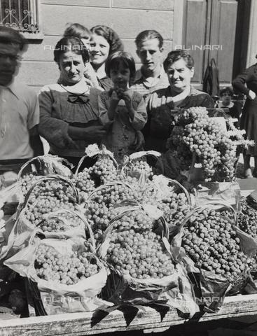 FVQ-F-000803-0000 - Portrait of a group with grapes baskets - Data dello scatto: 1930 ca. - Archivi Alinari, Firenze