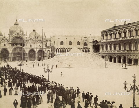 FVQ-F-008186-0000 - The rubble of the Bell tower of the Basilica of S. Marco, collapsed on 14 July 1902 in Piazza S. Marco, Venice