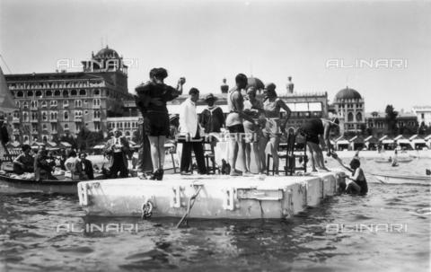 FVQ-F-008882-0000 - Alcuni giovani ballano su una piattaforma in mezzo al mare, al Lido di Venezia. Sullo sfondo l'Excelsior Palace Hotel - Data dello scatto: 1920 ca. - Archivi Alinari, Firenze