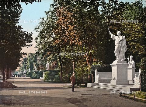 FVQ-F-010618-0000 - Il viale con le statue degli imperatori a Berlino, in Germania. - Data dello scatto: 1890-1910 ca. - Archivi Alinari, Firenze
