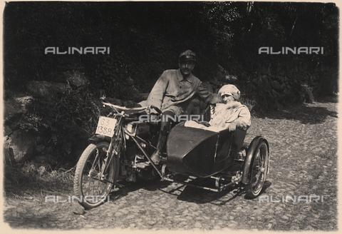 FVQ-F-023525-0000 - Un uomo ed una donna ritratti in esterno a bordo di un sidecar. - Data dello scatto: 1920 - 1930 - Archivi Alinari, Firenze