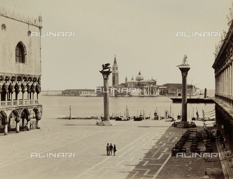 FVQ-F-023752-0000 - Animated view of the Piazzetta San Marco in Venice, bounded by the Palazzo Ducale and the Libreria Marciana; in the background, the Church of San Giorgio Maggiore - Data dello scatto: 1865-1875 - Archivi Alinari, Firenze