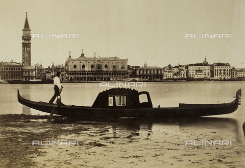 FVQ-F-026733-0000 - A gondolier in the Venetian lagoon with the Bank of the Schiavoni in the background - Data dello scatto: 1865-1875 - Archivi Alinari, Firenze