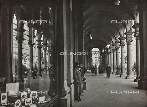 FVQ-F-029882-0000 - Portici di via Barbaroux a Torino - Data dello scatto: 1930-1940 ca. - Raccolte Museali Fratelli Alinari (RMFA), Firenze