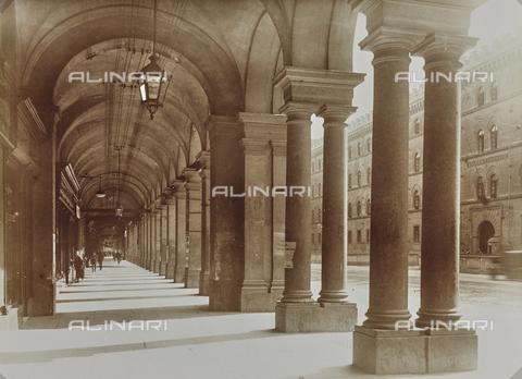 FVQ-F-029883-0000 - Portici di fronte alla Caserma Cernaia, Torino - Data dello scatto: 06/10/1926 - Raccolte Museali Fratelli Alinari (RMFA), Firenze