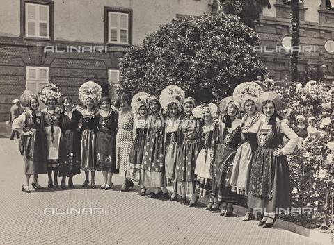 FVQ-F-029893-0000 - Gruppo femminile in costume tradizionale - Data dello scatto: 1930 ca. - Raccolte Museali Fratelli Alinari (RMFA), Firenze