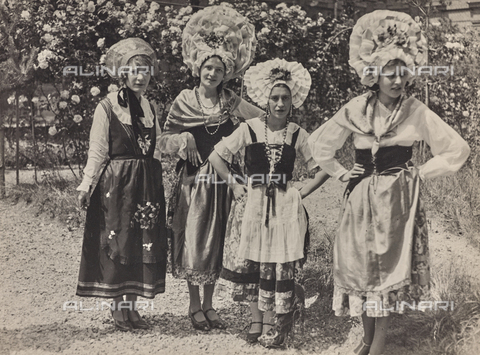 FVQ-F-029894-0000 - Gruppo femminile in costume tradizionale - Data dello scatto: 1930 ca. - Raccolte Museali Fratelli Alinari (RMFA), Firenze