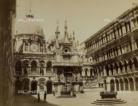 FVQ-F-037786-0000 - Animated view of the courtyard of Palazzo Ducale in Venice, with the façade of the Clock - Data dello scatto: 1865-1875 - Archivi Alinari, Firenze