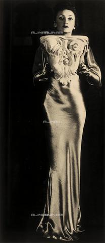 FVQ-F-040461-0000 - Senza titolo (donna con capitello), 1939 - Data dello scatto: 1939 - Archivi Alinari, Firenze