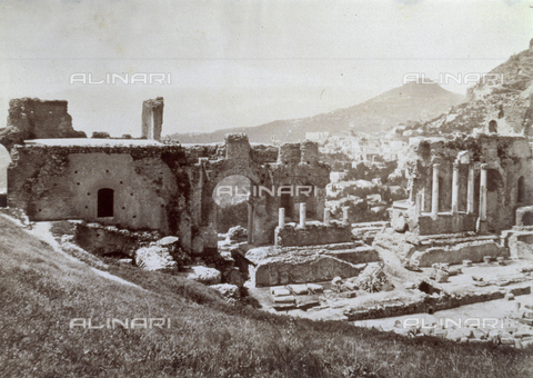 FVQ-F-041157-0000 - View of the suggestive ruins of the Greek Theater of Taormina. - Data dello scatto: 1890 - 1900 ca. - Archivi Alinari, Firenze