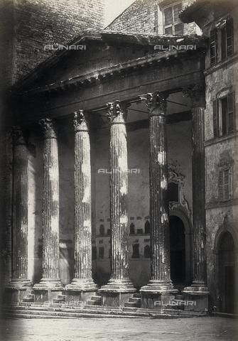 """FVQ-F-043577-0000 - """"Tempio di Minerva nel Foro di Assisi"""" - Data dello scatto: 1862 - Raccolte Museali Fratelli Alinari (RMFA), Firenze"""