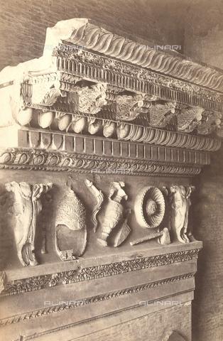 FVQ-F-043784-0000 - Frammento di cornicione e di trabeazione, conservato nel Tabularium a Roma - Data dello scatto: 1855 ca. - Raccolte Museali Fratelli Alinari (RMFA), Firenze