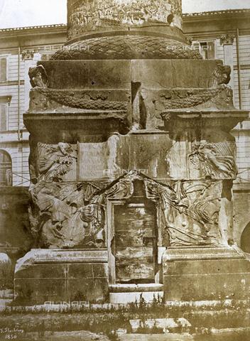 FVQ-F-045075-0000 - Veduta del basamento della Colonna Traiana, nell'omonimo Foro a Roma - Data dello scatto: 1850 - Archivi Alinari, Firenze