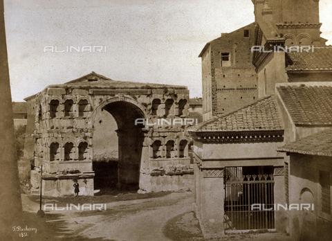 FVQ-F-045106-0000 - Veduta dell'Arco di Giano e scorcio della facciata porticata della Chiesa di San Giorgio in Velabro, a Roma - Data dello scatto: 1851 - Archivi Alinari, Firenze