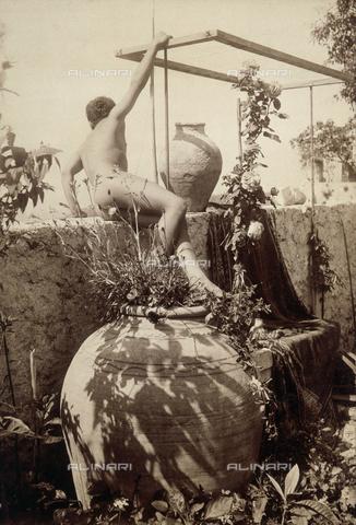 FVQ-F-045293-0000 - Child and amphoras - Data dello scatto: 1900 ca. - Archivi Alinari, Firenze