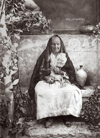 FVQ-F-045294-0000 - Elderly woman spinning, Taormina - Data dello scatto: 1900 ca. - Archivi Alinari, Firenze
