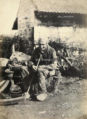FVQ-F-045374-0000 - Un anziano uomo seduto su un tronco, presso la propria casa; Francia - Data dello scatto: 1855 ca. - Archivi Alinari, Firenze