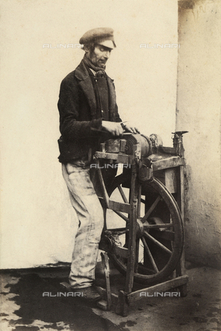 FVQ-F-045376-0000 - Un arrotino mentre affila un coltello alla mola; Francia - Data dello scatto: 1855 ca. - Archivi Alinari, Firenze