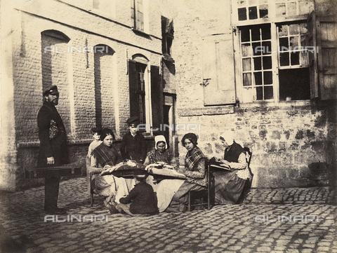 FVQ-F-045377-0000 - Un gruppo di donne francesi che ricamano, osservate da dei bambini e da un uomo - Data dello scatto: 1855 ca. - Archivi Alinari, Firenze