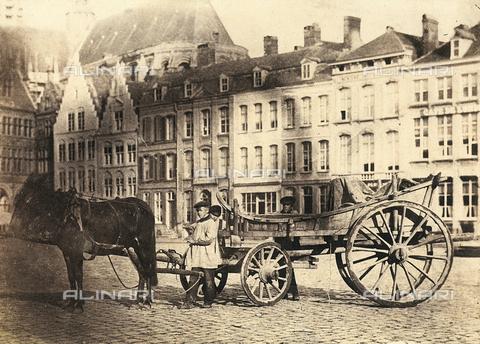 FVQ-F-045378-0000 - Ragazzi vicino ad una carrozza, in una piazza francese - Data dello scatto: 1855 ca. - Raccolte Museali Fratelli Alinari (RMFA), Firenze