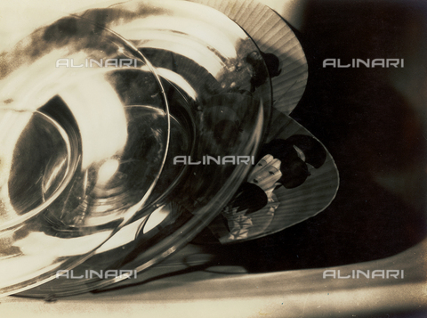 """FVQ-F-045716-0000 - """"Riflessi"""": oggetti in vetro appoggiati su ventagli giapponesi, decorati con figure femminili - Data dello scatto: 1933 - Archivi Alinari, Firenze"""