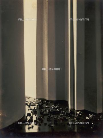 """FVQ-F-045719-0000 - """"Passaggio di automobili (movimento stradale e grattacieli)"""" - Data dello scatto: 1930 - Archivi Alinari, Firenze"""