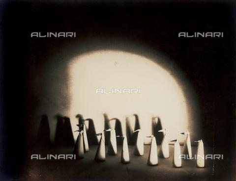 """FVQ-F-045721-0000 - """"Pinguini (I) (Penguins-I)"""": paper figurines photographed on a tabletop - Data dello scatto: 1933 - Archivi Alinari, Firenze"""