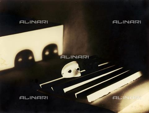 """FVQ-F-045722-0000 - """"Ombre (shadows)"""": mask set on a piece of paper folded into a fan - Data dello scatto: 1933 - Archivi Alinari, Firenze"""