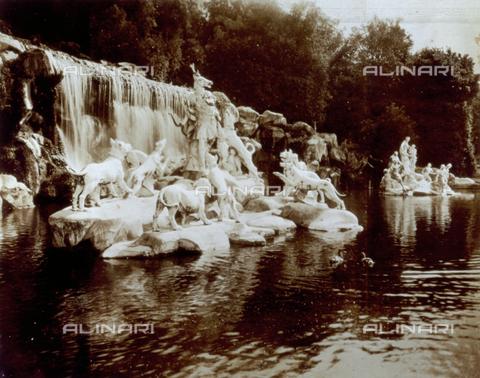 FVQ-F-045732-0000 - La cascata detta del Bagno di Diana nel Parco Reale di Caserta. In primo piano il gruppo scultoreo di Diana e Atteone - Data dello scatto: 1935 ca. - Archivi Alinari, Firenze