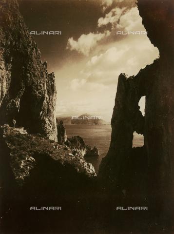 FVQ-F-045738-0000 - Veduta di un tratto di mare da una scogliera rocciosa. In primo piano, parzialmelnte in ombra, la particolare conformazione rocciosa sembra evocare delle rovine - Data dello scatto: 1935 - Archivi Alinari, Firenze