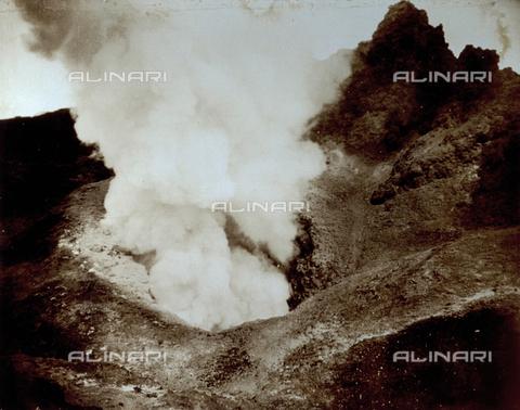 FVQ-F-045743-0000 - L'immagine ritrae un momento della fase eruttiva di un vulcano, a distanza ravvicinata - Data dello scatto: 1935 - Archivi Alinari, Firenze