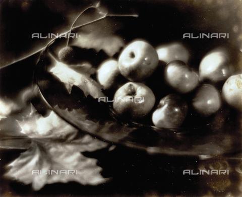 FVQ-F-045754-0000 - Natura morta pittorialista con frutta. In una fruttiera di vetro numerose mele contornate da foglie di platano - Data dello scatto: 1934 - Archivi Alinari, Firenze