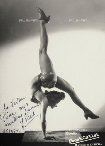 FVQ-F-049258-0000 - Ritratto di una ballerina in posa artistica. L'immagine riporta in basso una dedica ad un certo Dott. Pierre - Data dello scatto: 26/01/1944 - Archivi Alinari, Firenze