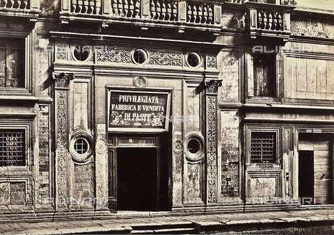 """FVQ-F-050281-0000 - The entrance of the """"Privilegiata seller and makers of pasta"""" Venice - Data dello scatto: 1860-1865 ca. - Archivi Alinari, Firenze"""