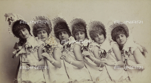 FVQ-F-055068-0000 - Little girls with hats and umbrellas