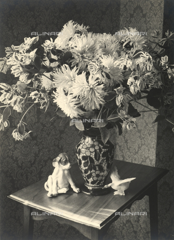 FVQ-F-058011-0000 - Still life with a vase full of flowers