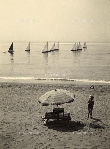 FVQ-F-058034-0000 - Spiaggia con mare e piccole barche a vela - Data dello scatto: 1940 - 1950 - Archivi Alinari, Firenze