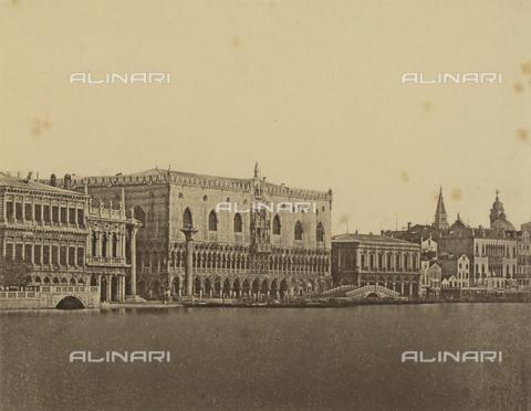 """FVQ-F-062642-0000 - """"The pier by Customs"""": view of Venice with the Doge's Palace - Data dello scatto: 1890-1900 - Archivi Alinari, Firenze"""