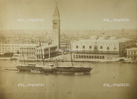 FVQ-F-063637-0000 - Veduta di Venezia con, in primo piano, un piroscafo che attraversa la laguna - Data dello scatto: 1860-1870 - Raccolte Museali Fratelli Alinari (RMFA), Firenze