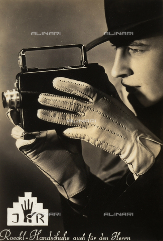 FVQ-F-067565-0000 - Un uomo con l'apparecchio fotografico pubblicizza una marca di guanti - Data dello scatto: 1935 ca. - Archivi Alinari, Firenze