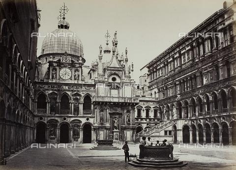 FVQ-F-068434-0000 - Corte del Palazzo Ducale, Venezia - Data dello scatto: 1865 ca. - Raccolte Museali Fratelli Alinari (RMFA), Firenze