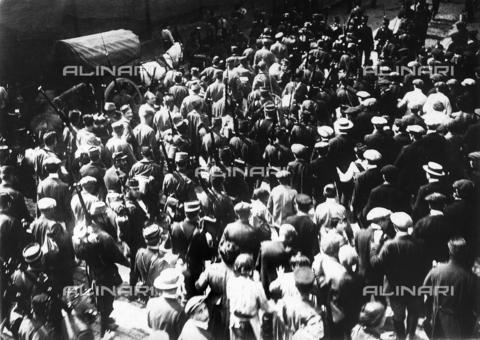 FVQ-F-068551-0000 - Una colonna di prigionieri tedeschi, sfila davanti alla popolazione, per le vie di Amiens. I prigionieri sono scortati dai soldati francesi. - Data dello scatto: 1914 - 1918 - Archivi Alinari, Firenze
