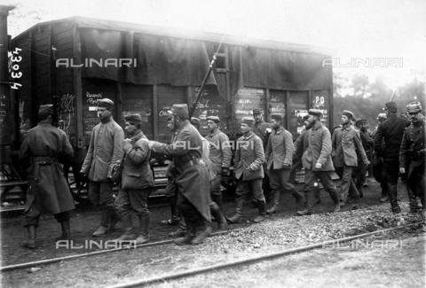 FVQ-F-068556-0000 - L'immagine mostra una colonna di prigionieri tedeschi in Francia, nei pressi di un convoglio ferroviario. - Data dello scatto: 1914 - 1918 - Archivi Alinari, Firenze