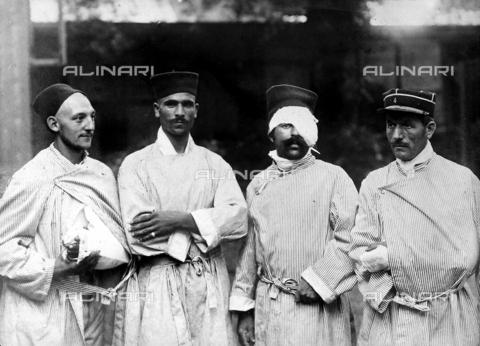 FVQ-F-068557-0000 - Ritratto di quattro prigionieri francesi e algerini in Germania. Tre di loro mostrano le bende segno delle ferite ricevute in guerra. - Data dello scatto: 1914 - 1918 - Archivi Alinari, Firenze