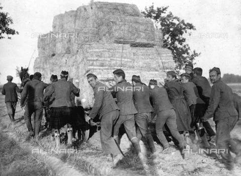 FVQ-F-068597-0000 - Un gruppo di prigionieri inglesi in Germania, stanno trasportando del fieno, per i giacigli delle truppe. - Data dello scatto: 1914 - 1918 - Archivi Alinari, Firenze