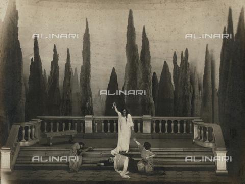 """FVQ-F-073386-0000 - Last scene from """"Iron"""" by Gabriele D'Annunzio at the Teatro Manzoni in Milan - Data dello scatto: 1930 ca. - Archivi Alinari, Firenze"""