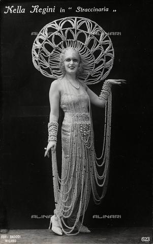 FVQ-F-082101-0000 - Close up of the Italian opera singer Nella Regini in the opera Straccinaria, postcard - Data dello scatto: 1920-1930 - Archivi Alinari, Firenze
