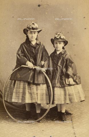 FVQ-F-085618-0000 - Ritratto di bambine con cerchio, Parigi - Data dello scatto: 1860 ca. - Raccolte Museali Fratelli Alinari (RMFA), Firenze